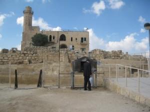 מתפלל יהודי ומסגד (Medium)